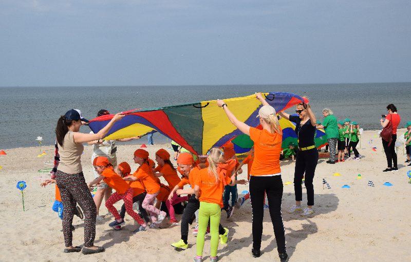 Žaisminga, sportiška ikimokyklinio amžiaus vaikų šventė prie jūros